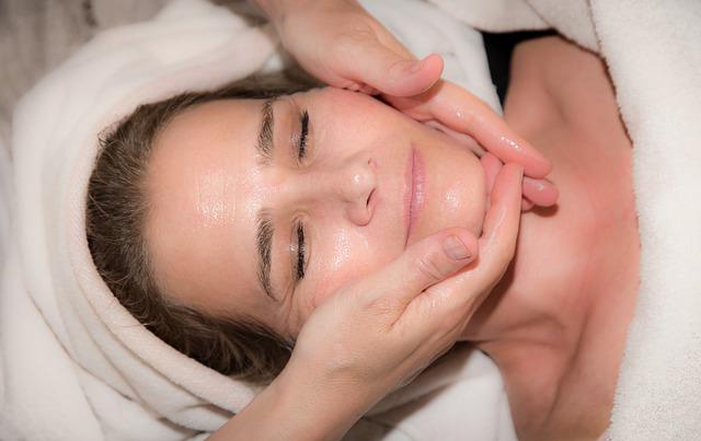 קוסמטיקאית לטיפול פילינג וניקוי פנים